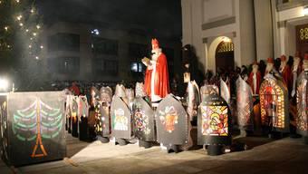 Der Samichlaus begrüsste gestern Abend auf dem Kirchplatz die Kinder. In den nächsten Tagen wird er bis zu 160 von ihnen zu Hause besuchen. gep