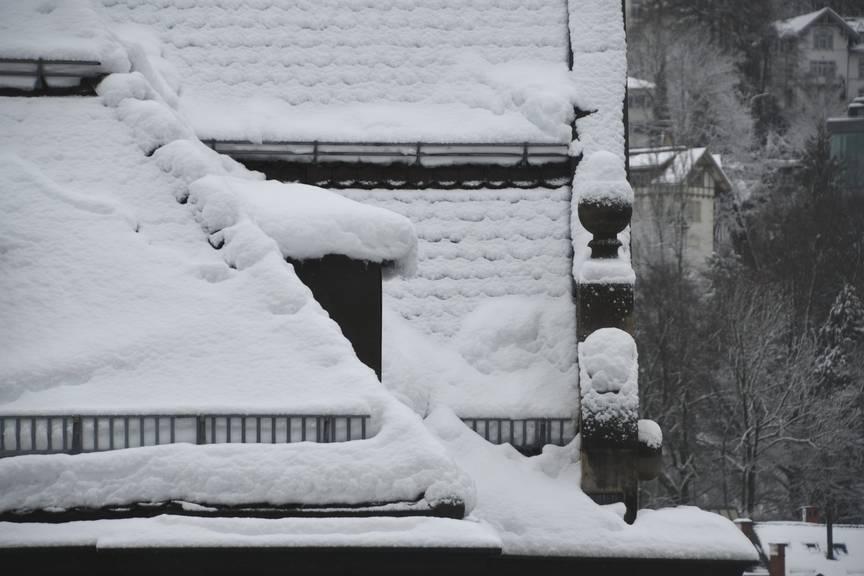 Aufgepasst bei Dachlawinen: Sie können sich bei Tauwetter schnell lösen. (Bild: Stapo SG)