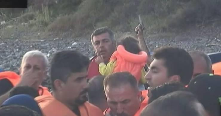 Drohgebärde vor der Abfahrt: Ein Schlepper hält eine Pistole in die Luft, um die Flüchtlinge zur Eile zu mahnen.