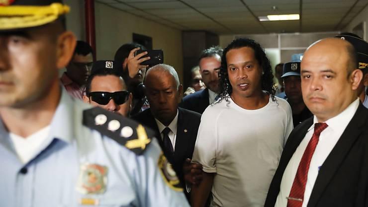 Der brasilianische Ex-Fussballstar Ronaldinho ist in Paraguay wegen Einreise mit einem gefälschten Pass inhaftiert worden.