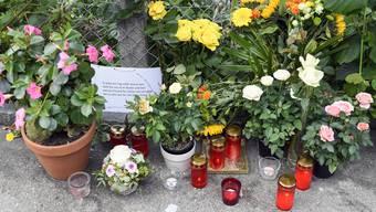 Blumen am Tatort, dem Arosasteig in Zürich, erinnern an das Opfer.