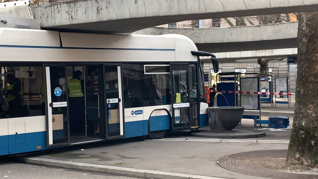 Bus in Zürich knallt spektakulär in Brunnen