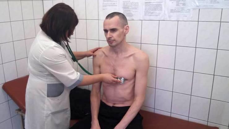 """Der ukrainische Filmemacher Oleg Senzow ist in Russland zu 20 Jahren Haft verurteilt worden. Die Behörden warfen ihm """"Terrorismus"""" und Waffenhandel vor, was er zurückwies. (Bild vom 28. September)"""