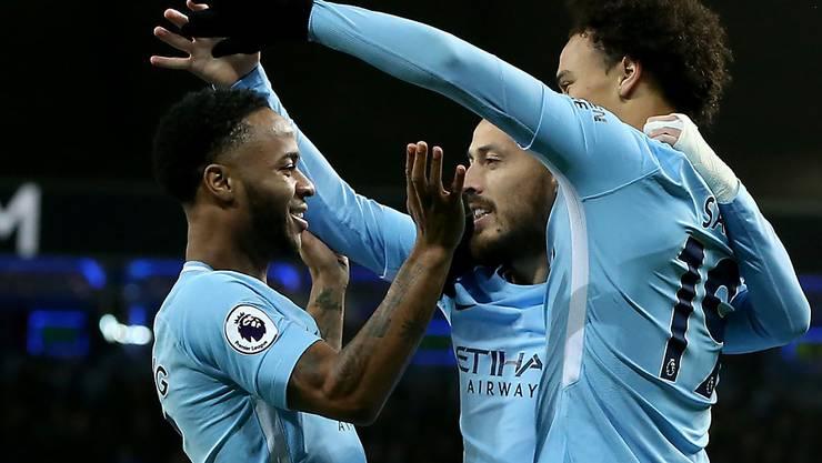 Raheem Sterling (links) von Manchester City lässt sich nach seinem Blitztor im Match gegen Watford feiern