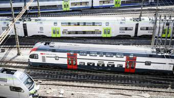 Züge bei der Ein- und Ausfahrt in den Bahnhof Bern - die Preise für Einzelbillette und Abonnemente im öffentlichen Verkehr werden für 2020 nicht erhöht. (Archivbild)