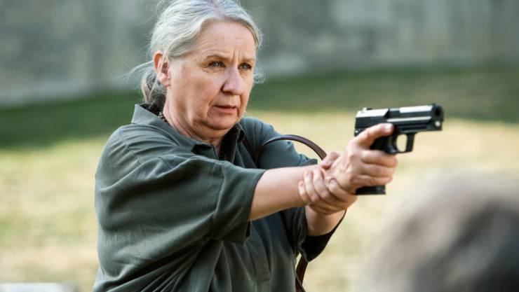 """Für die TV-Zuschauer sieht es nur so aus, als wüsste sich """"Bestatter""""-Schauspielerin Suly Röthlisberger immer selbst zu helfen. (SRF)"""