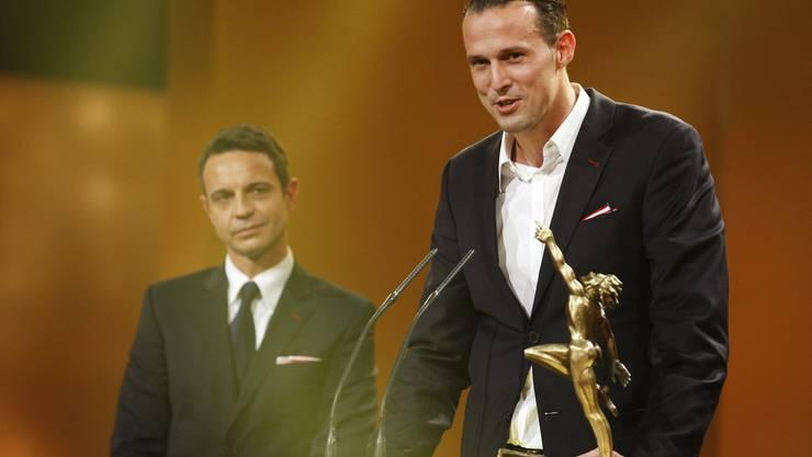 Bernhard Heusler, Präsident FC Basel, und Fussballer Marco Streller nehmen den Award entgegen