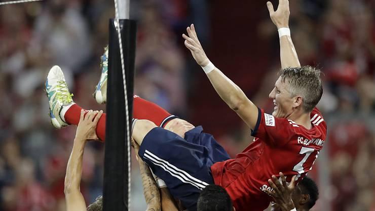 Bastian Schweinsteiger lässt sich nach seinem Tor von seinen ehemaligen Mitspielern feiern