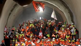 Der Doppeladler kommt auf der Flagge Kosovos nicht vor, die Kosovaren bedienen sich aber gern dem Wappentier Albaniens. So wie auf dem Bild nach dem Durchstich des Ceneri-Bahntunnels im Tessin.