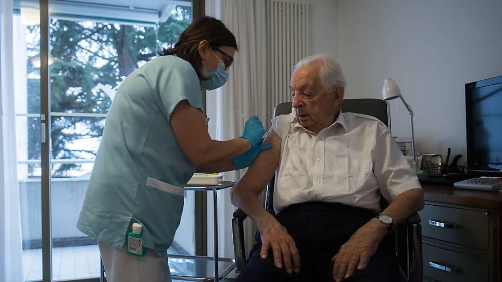 In Schwyzer Heimen wollen sich gemäss Voranmeldung rund 60 Prozent der Bewohnerinnen und Bewohner impfen lassen. (Symbolbild)