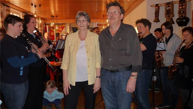 Therese und Bernhard Loosli umrahmt von der Musikgesellschaft Recherswil.