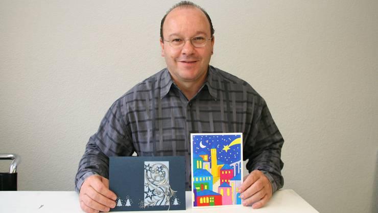 Hans Bryner mit der Karte für die Bundesrätin (links) und der speziellen Karte von arwo Wettingen. Foto: sim