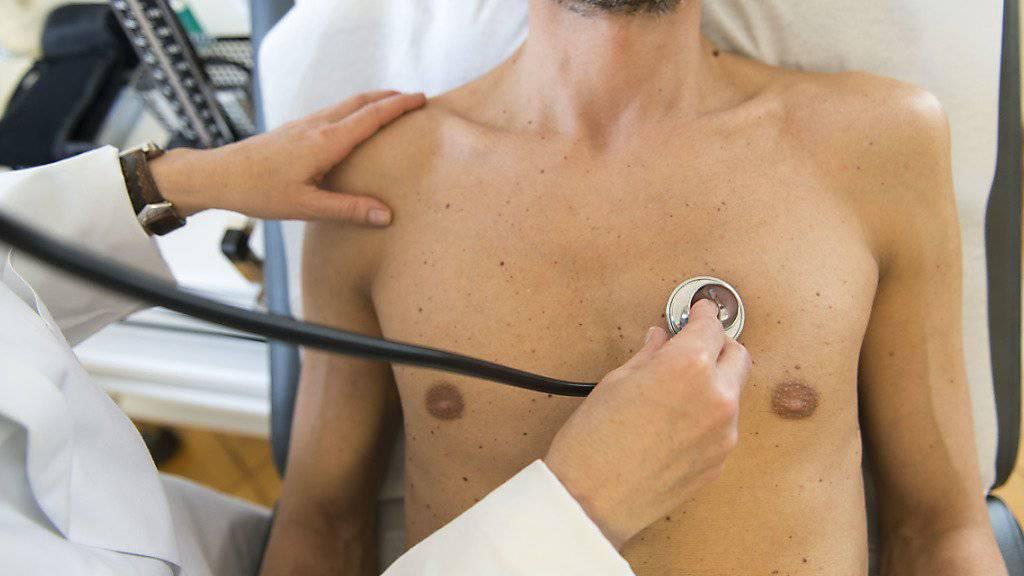 Die Ostschweizer Ärztinnen und Ärzte fordern höhere Abgeltungen für ihre Leistungen. Sieben kantonale Ärztegesellschaften haben deshalb die regionalen Taxpunktwert-Verträge mit den Versicherern gekündigt (Archivbild)