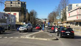 Drei Verletzte und ein beträchtlicher Sachschaden verursachte ein 94-jähriger Autofahrer am Montagmorgen.