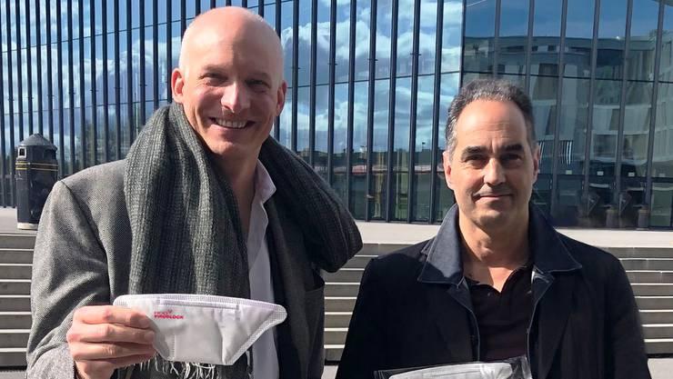 HeiQ-CEO Carlo Centonze (links) und Virologe Thierre Pelet präsentieren eine mit «HeiQ Viroblock NPJ03» ausgerüstete Maske.Bild: zvg