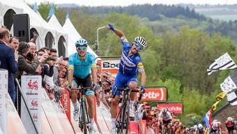 Im Sprint nicht zu schlagen: Julian Alaphilippe (re.) feiert seinen Sieg an der Flèche Wallonne vor dem Dänen Jakub Fuglsang