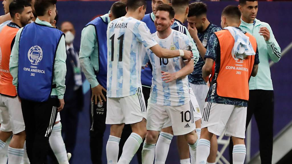 Lionel Messi feiert mit seinen Teamkollegen den Finaleinzug