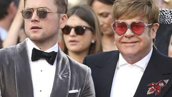 Der Schauspieler Taron Egerton (links) und der Sänger Elton John (rechts) zeigen sich am Donnerstag vor der Presse auf dem Filmfestival in Cannes.