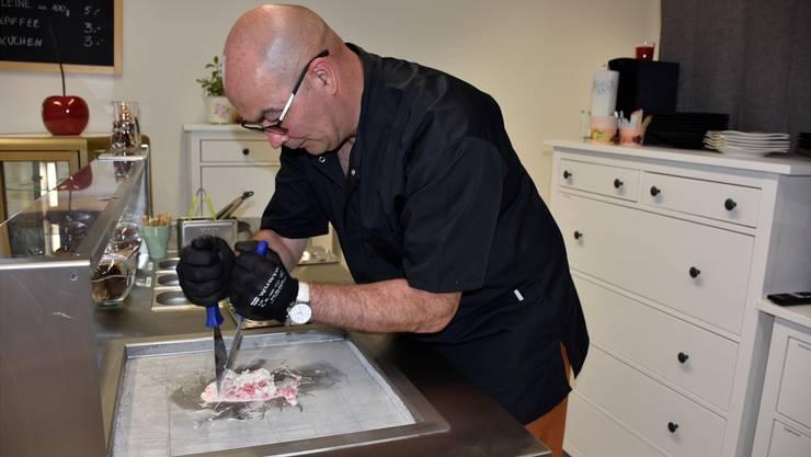 Marek Lesniak bereitet die Glace immer frisch zu.