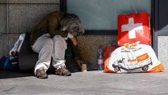Obdachlose sollen während der Coronakrise Zugang zu Übernachtungsmöglichkeiten und öffentlichen sanitären Anlagen erhalten. (Symbolbild)