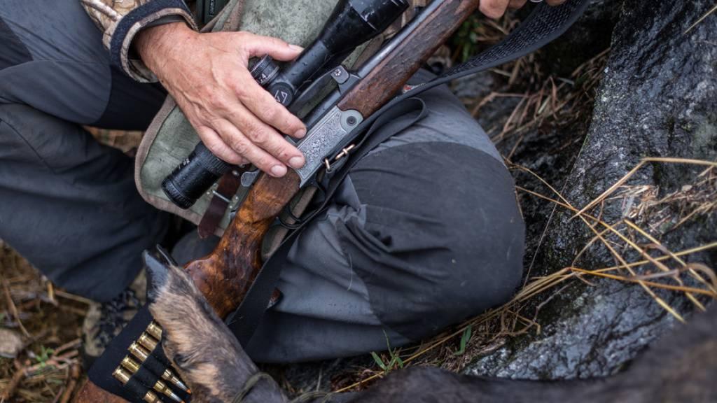 Im Tessin starb ein 51-jähriger Jäger durch einen Schuss, den ein anderer Jäger abgefeuert hatte. (Symbolbild)