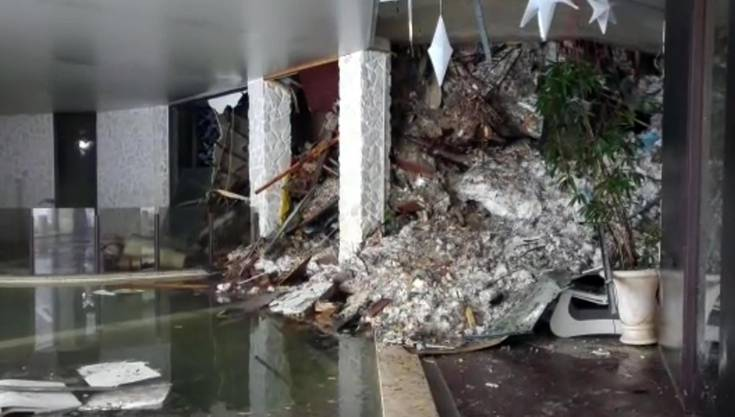Schneemassen und Geröll im Innern des verschütteten Hotels.