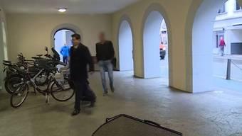 2016 sprach das Bezirksgericht Zurzach den Unfallverursacher schuldig. Der Angeklagte, kurz bevor er das Rathaus in Bad Zurzach betritt.