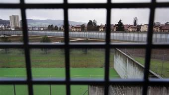 Blick durch das Gitter-Fenster einer Zelle in der Kantonalen Strafanstalt Poeschwies in Regensdorf.JPG