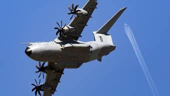 Wegen einer Strafzahlung aufgrund von Korruptionsfällen, aber auch wegen den schlechten Aussichten für den Verkauf des Militärtransportflugzeugs A400M, hat der Flugzeugbauer Airbus ein schlechtes Ergebnis eingefahren. (Archivbild: Militärtransporter A400M)