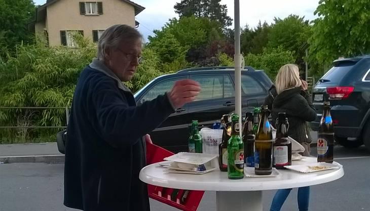 Ein Mann entsorgt fürs Erste die Bierflaschen. Eine zweite Welle wird kommen.