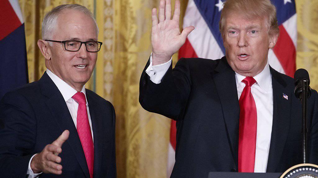 Die USA und Australien vertiefen ihre Beziehungen - US-Präsident Donald Trump und der australische Premierminister Malcolm Turnbull geben sich extrem freundlich bei einer Pressekonferenz in Washington.
