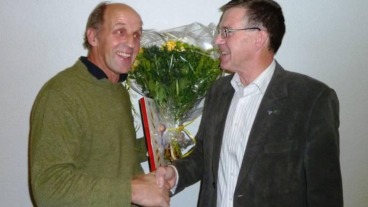 Heinz Kim (rechts) dankt Erich Hofer (links) für seinen langjährigen Einsatz.