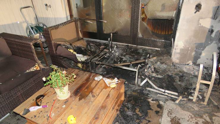 Eine brennendes Lounge-Sofa richtete einigen Schaden am Sitzplatz an.