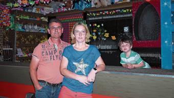 Die Schiessbude steht zu Hause: Roger und Sandra Hauri und ihr Sohn Raul müssen mit der Zwangspause klarkommen.