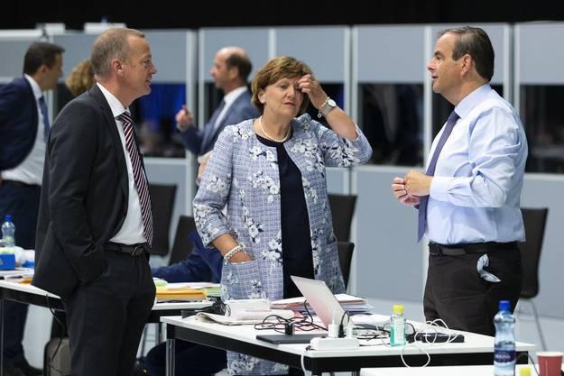 Zwei Präsidenten im Gespräch (von links): Martin Landolt (BDP) mit Gerhard Pfister.
