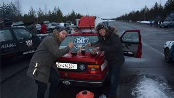 Gründer Chris Huber (rechts) und ein Rally-Fahrer essen ihr Zmittag auf dem Kofferraumdeckel. ZVG