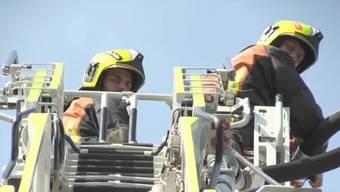 2 von über 200 Feuerwehrleute, die gegen den Grossbrand in Horn kämpften.