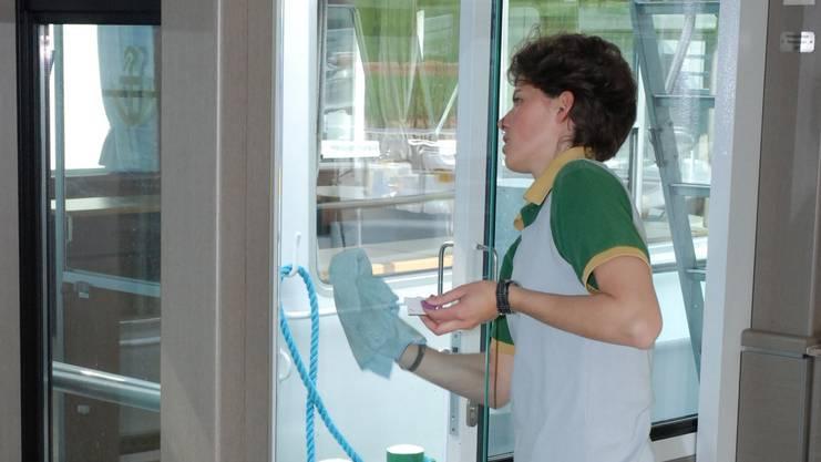 Nichts hassen die Schweizer mehr, als ihre Fenster zu putzen. Jeder 5. (21 Prozent) würde den Glasreiniger am liebsten im Schrank stehen lassen. Doch es gibt Unterschiede bei den Geschlechtern.Fenster putzen ist für 24 Prozent der Frauen die schlimmste Hausarbeit von allen, bei den Männern sind es nur 17 Prozent.
