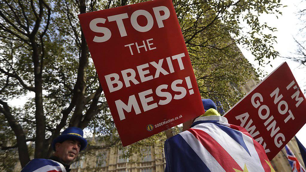 Das britische Unterhaus soll nach dem Willen von Premierministerin Theresa May am Freitag zum dritten Mal über das Brexit-Abkommen abstimmen. Parlamentspräsident John Bercow gab am Donnerstag seine Zustimmung.