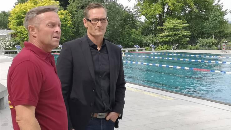 René Hächler und Daniel Müller (v.l.) neben dem Becken, in dem seit gestern jeweils 20 Schwimmer sein dürfen. Bild: uhg