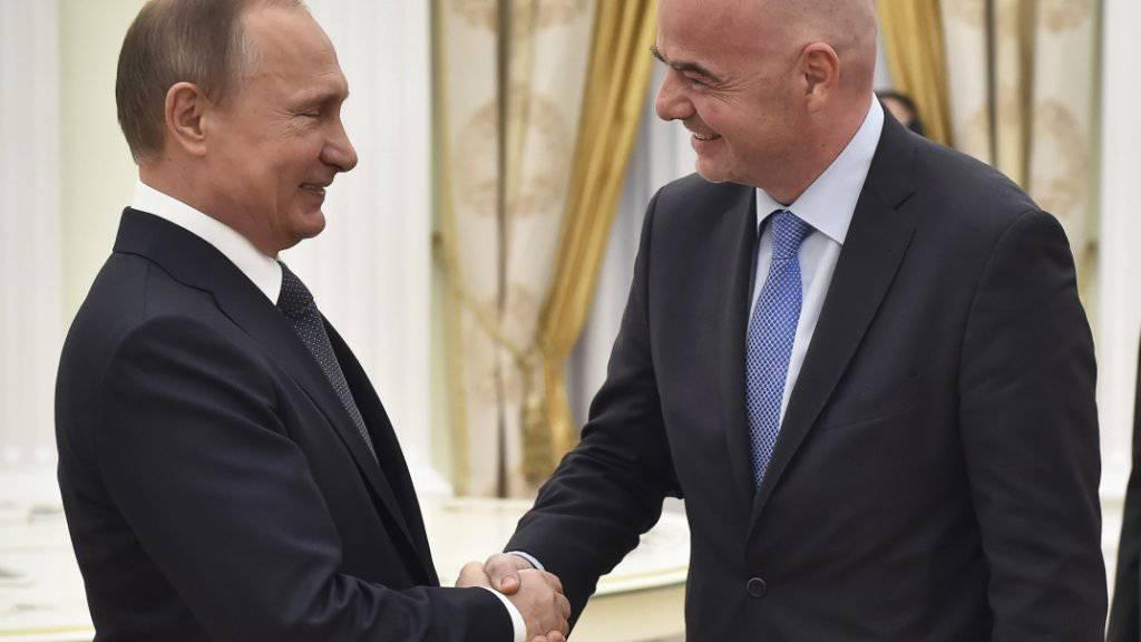 Russlands Wirtschaft wird nur wenig von der WM profitieren: Wladimir Putin trifft Fifa-Chef Gianni Infantino  (Archivbild).