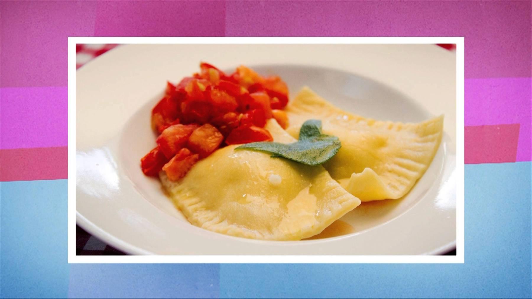 Handgemachte Zitronen-Ricottaravioli mit Salbeibutter und lauwarmen Tomatenwürfeln