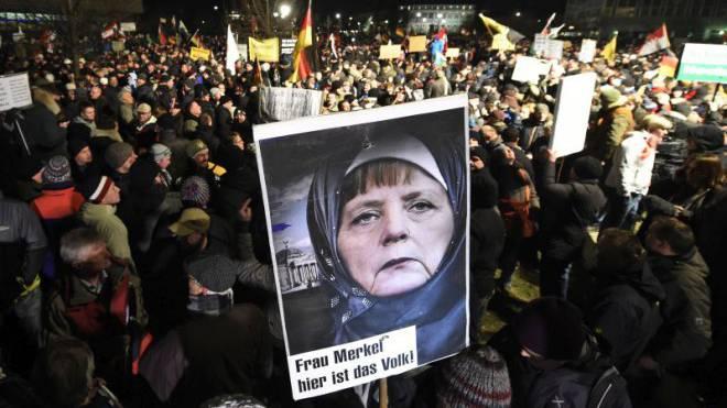 Bundeskanzlerin Merkel auf einer Affiche der Pegida-Bewegung in Dresden: Ein Schweizer ging auf Facebook zu weit. Foto: Keystone