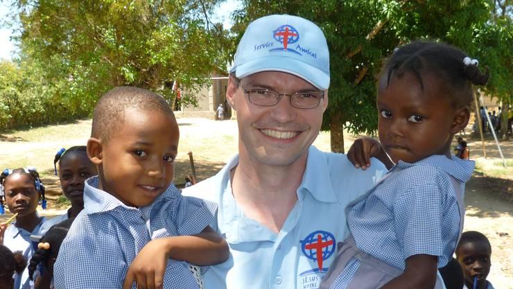 Samuiel Schmid mit zwei Flüchtlingskindern.