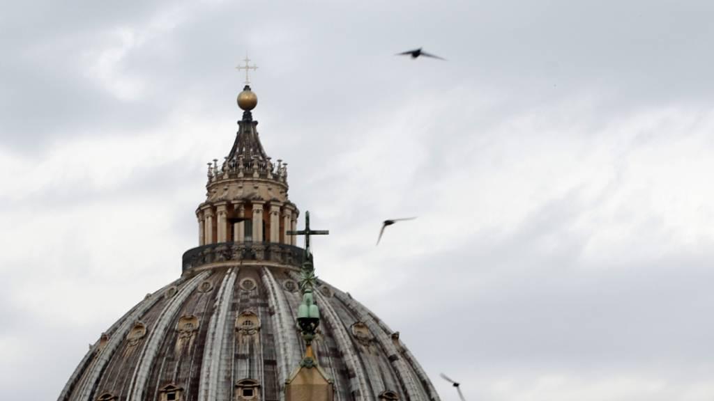 Wolken stehen am Himmel über dem Petersdom im Vatikan. Foto: Riccardo De Luca/AP/dpa