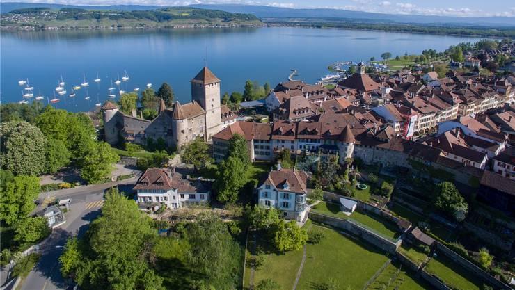 Das pittoreske Städtchen Murten bezaubert mit seinem historischen Stadtkern und einer idyllischen Lage am Murtensee.