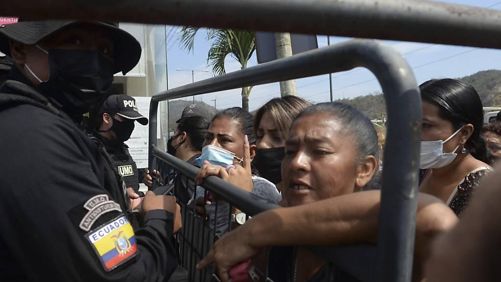 Angehörige von Insassen des Litoral-Gefängnisses warten vor der Leichenhalle in Guayaquil, Ecuador auf Informationen nach den blutigen Bandenkämpfen in dem Gefängnis. Die Zahl der Toten ist nach dem Aufstand auf 118 gestiegen, teilte die Polizei in der Nacht zum Freitag (Ortszeit) mit. Foto: Jose Sanchez/AP/dpa