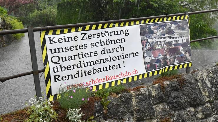 """Mit diesen Plakaten wehrt sich die Gruppe """"schönsBauschdu.ch"""" gegen die geplante Überbauung an der Höngerstrasse Balsthal."""