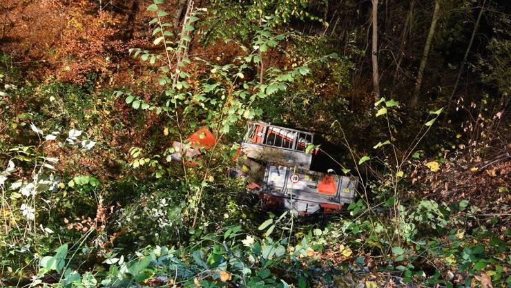 Gemäss ersten Erkenntnissen muss das Fahrzeug von der Strasse abgekommen sein, überschlug sich mehrfach und kam rund 30 Meter unterhalb der Strasse zu liegen.
