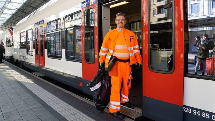 Paul Vock sorgt in den Zügen für Sauberkeit.